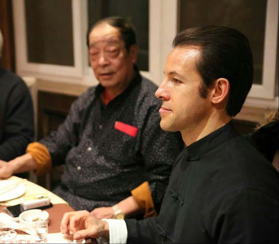 Laurent Morlet avec maître Wei Yuzhu à table (Chine)